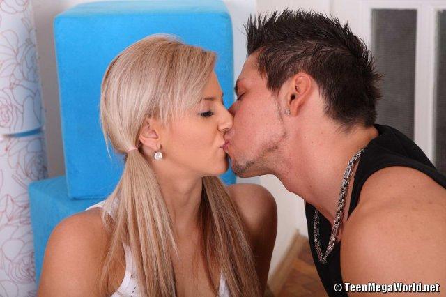Красивая девушка берет в рот хуй и занимается комбинированным сексом