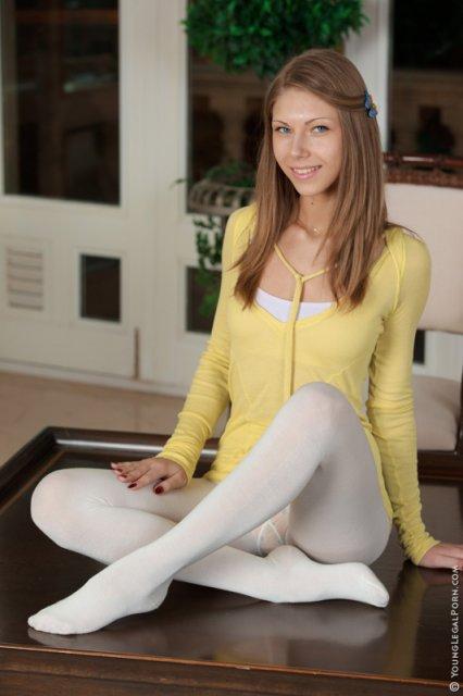 Красивая девушка с длинными ногами в колготках мастурбирует письку