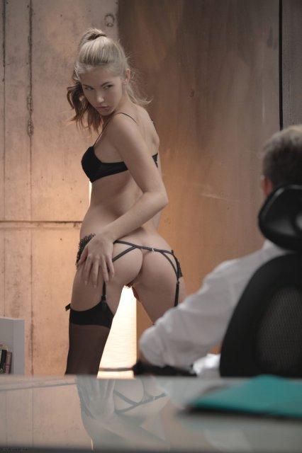 Красивая девушка танцует стриптиз и трахается на коротком пенисе
