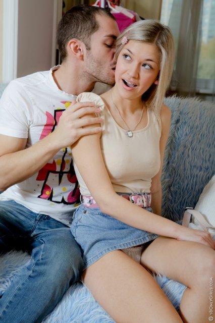 Милая блондинка в крутом порно показывает вагину под юбкой и трахается