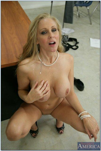 Длинноногая училка в крутом порно делает минет и ебется пиздой