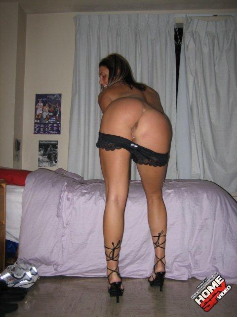 Личные фотки худощавой девицы эротично снимающей нижнее белье