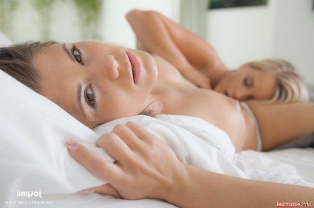 Развратная девица разбудила спящую подругу в спальне нежными поцелуями