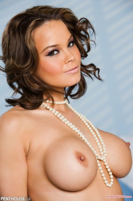 Кудрявая девушка из порно журнала с силиконовыми сиськамии и попкой