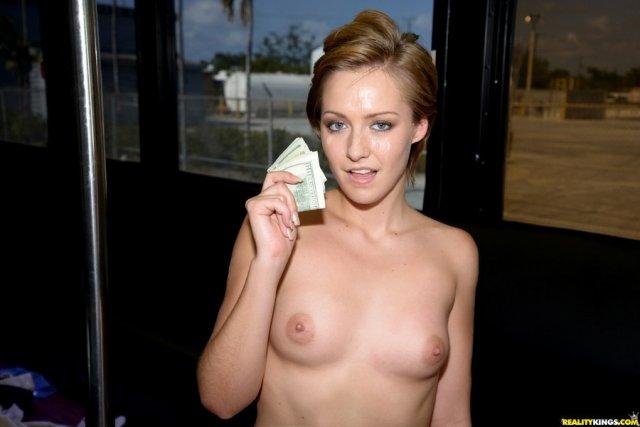 Проститутки с тату разводят на секс за деньги в общественном месте