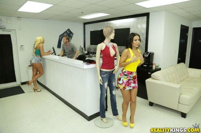 Гламурные проститутки в юбках встали раком для ебли в магазине