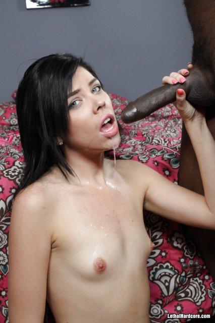 Молодая проститутка кончает во время секса за деньги с негром