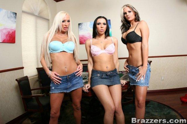 Три проститутки с силиконовыми сиськами увидели длинный хер на столе