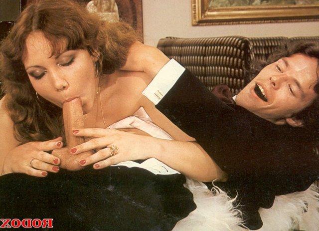 Красивые дамы в ретро с висячими сиськами занимаются сексом