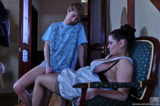 Русская мама с большими буферами занимается сексом в инцесте с сыном