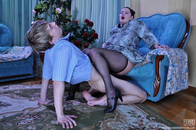 Богатая русская мама на каблуках трахается в позе раком