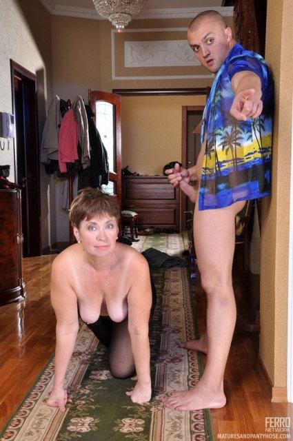 Русская мама намыливается в ванной и трахается мокрой киской