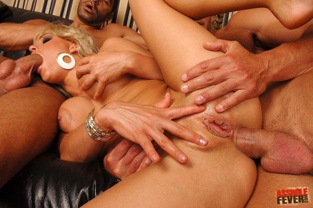 Проститутка на свежих фото занимается анальным сексом и отсасывает хер