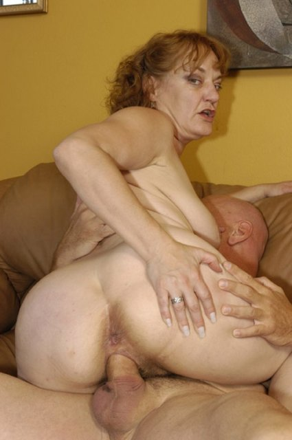 Старая бабушка в платье эротично трется пиздой о короткий член