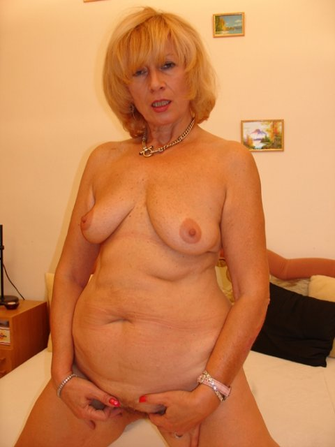 Старая блондинка после мастурбации делает глубокий минет и трахается