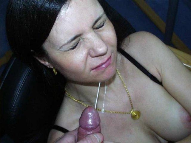 Сперма на лице обнаженных девочек, эротично сосущих стоячий хер