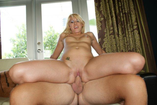 Жопатая блондинка на секс фото заполняет спермой рот