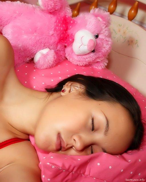 Секс со спящей брюнеткой и сперма после эякуляции на лицо