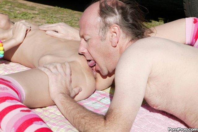 Секс с малолеткой у машины и красивый кунилингус на свежем воздухе