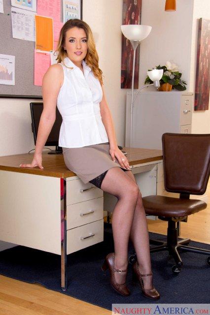 Секретарша в эротическом белье после стриптиза трахается по-собачьи на столе