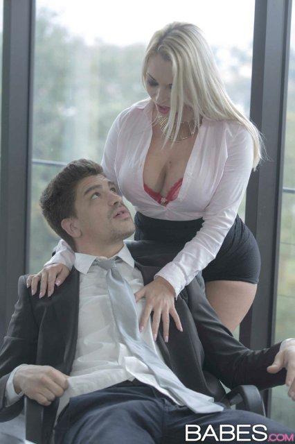 Симпатичная секретарша показала боссу большие дойки и кончила от ебли