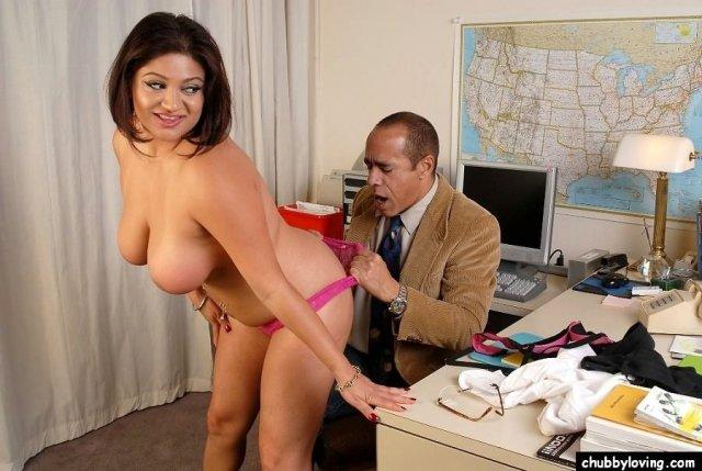 Зрелая секретарша с силиконовыми сиськами развела босса на еблю