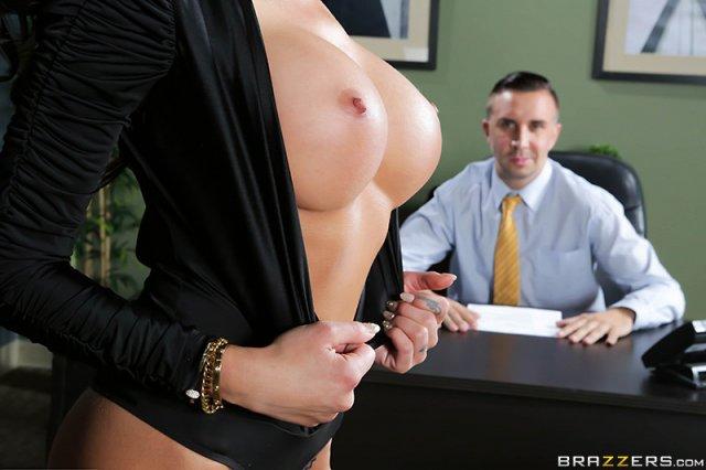Грудастая секретарша пришла в офис за жестким трахом в киску