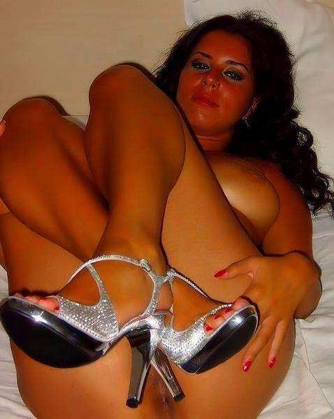 Стройная проститутка в БДСМ терпит боль