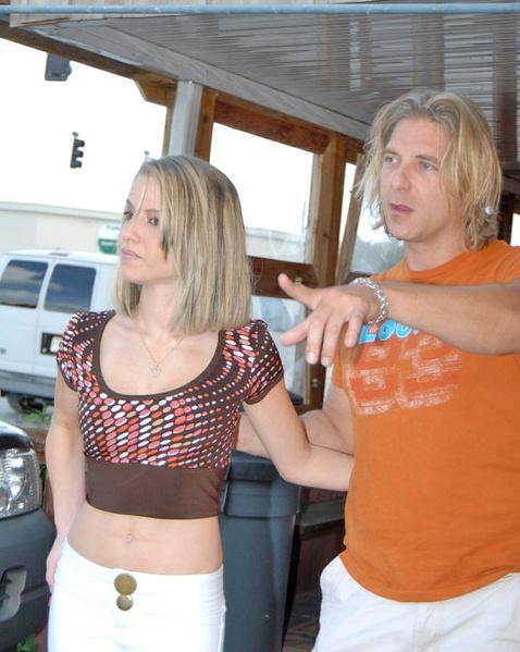 Строптивая блондинка сидит молодой киской на члене