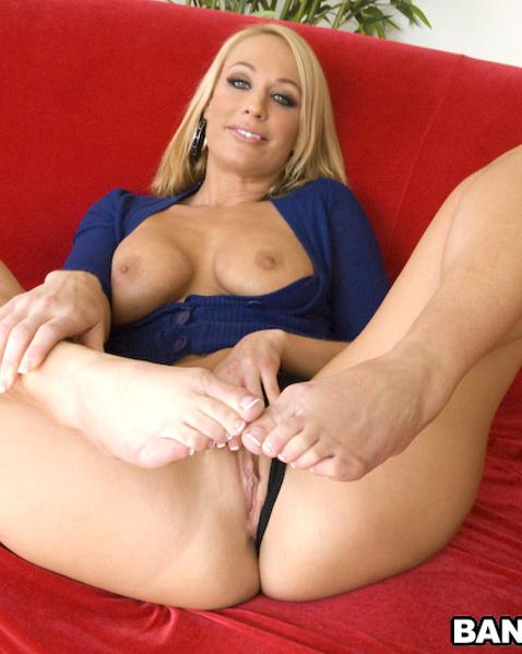 Улыбчивая блондинка с клёвой попкой дрочит ногами