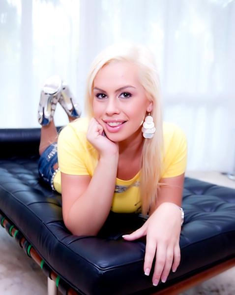 Блондинка с бритой пиздой сексуально дрочит хер