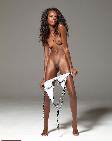 Худая негритянка эротично снимает нижнее бельё