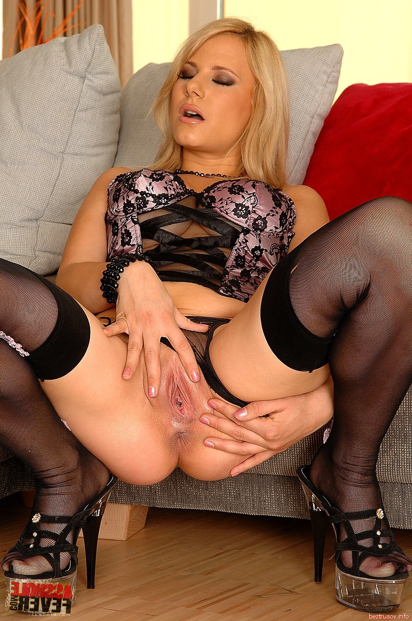 Блондинка мастурбирует киску перед групповым сексом