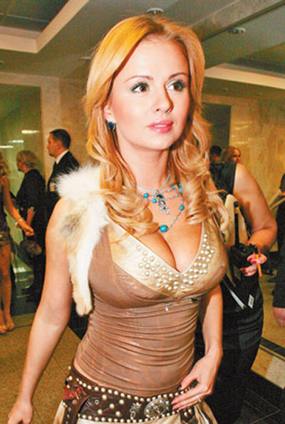Грудастая знаменитость Анна Семенович показывает сексуальные наряды