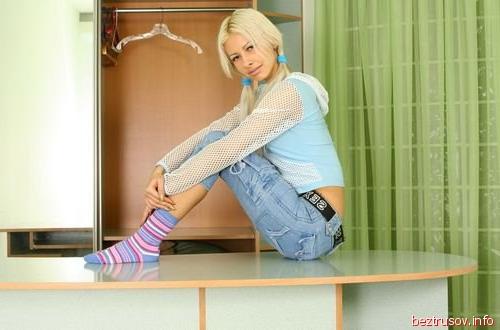 Строптивая гимнастка в ноках выставляет писю на показ