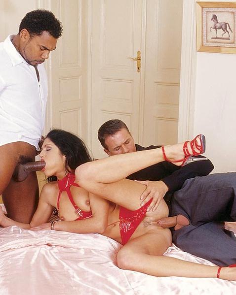 Проститутку жестко трахают двойным проникновением