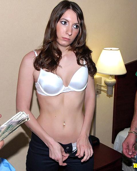 Стройная проститутка с красивым лобком занимается сексом