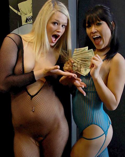 Проститутки в бикини и с клёвыми сисяндрами трахаются