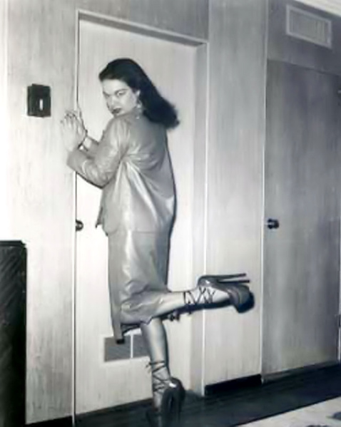 Кудрявые леди на ретро фото эротично танцуют на каблуках