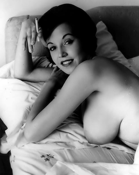 Кудрявые жены на ретро картинках позируют голыми