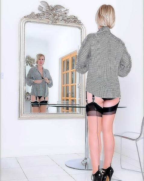 На ретро фото стильная дама показывает грудь
