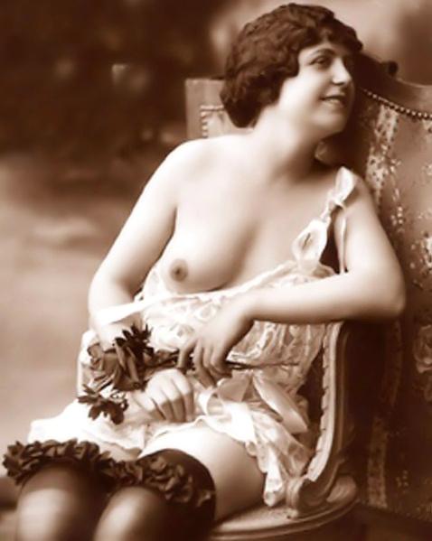 На ретро картинках стильные девушки эротично раздеваются