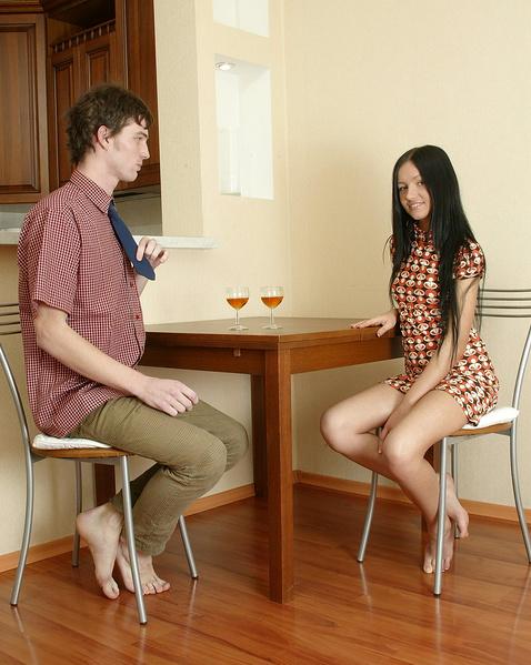 Крутой секс с малолеткой на столе в доме