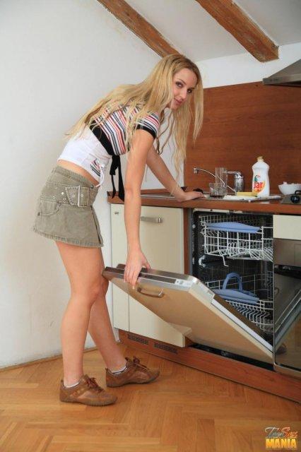 18 ти летняя блондинка в юбке трахается гладкой дыркой