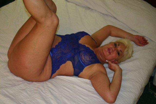 50 летняя баба в эротической одежде делает минет негру