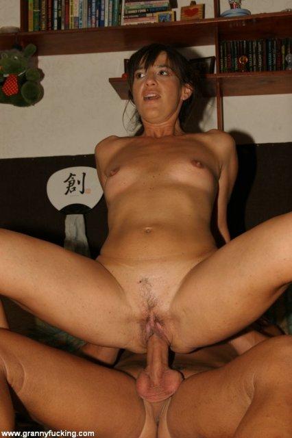 50 летняя жена дрочит пенис и занимается сексом