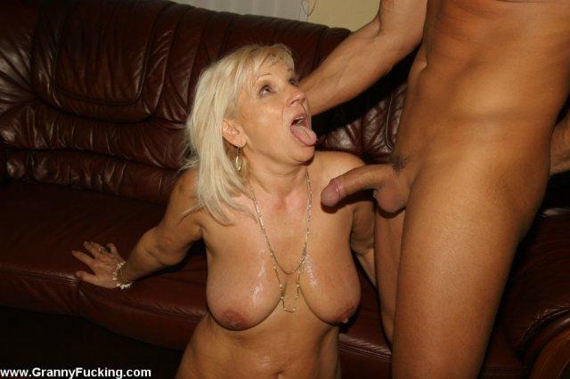 50 летняя блондинка с висячими сисяндрами ебётся