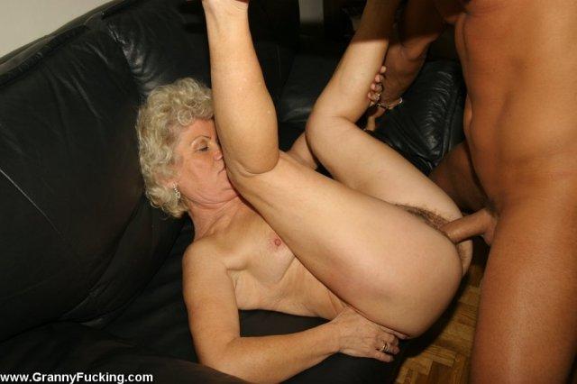 50 летняя баба после орального секса трахается