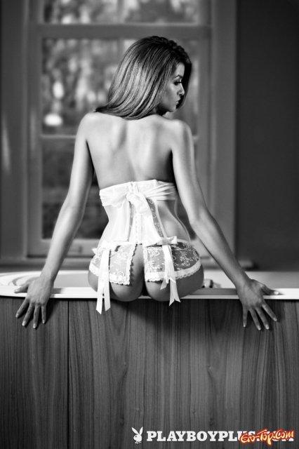 Милая красотка из Playboy позирует без одежды