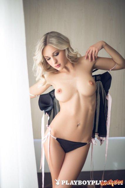 Грудастая жена из Playboy показывает классную жопу